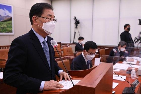 18日午後、国会で開かれた外交統一委員会全体会議で発言する鄭義溶(チョン・ウィヨン)外交部長官。 オ・ジョンテク記者