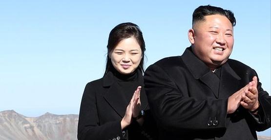2018年9月20日、白頭山(ペクドゥサン)頂上の将軍峰(チャングンボン)を訪れた北朝鮮の金正恩国務委員長(右)と李雪主夫人。 平壌写真共同取材団