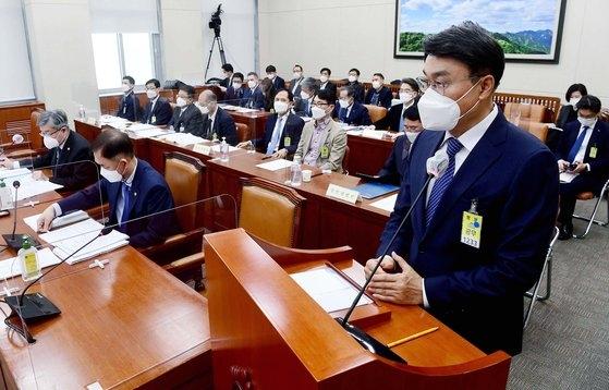 ポスコの崔正友(チェ・ジョンウ)会長が22日、ソウル汝矣島(ヨイド)国会で開かれた環境労働委員会産業災害関連の聴聞会で議員の質問に答えている。オ・ジョンテク記者