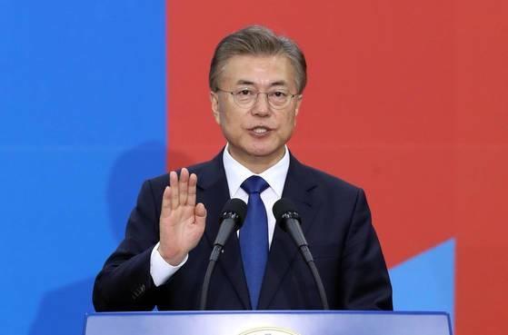 文在寅(ムン・ジェイン)大統領が2017年5月10日、国会本庁で開かれた就任式で宣誓をする様子。中央フォト