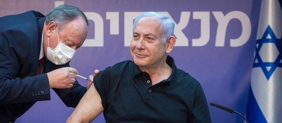 イスラエルのベンヤミン・ネタニヤフ首相が先月9日、テルアビブ市のシバ・メディカルセンターで新型肺炎ワクチンを打っている。ファイザー製ワクチンの2回目の接種だった。[中央フォト]