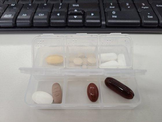 キムさんがランチタイムの時間に摂取するために会社に持ってきた薬ケース。