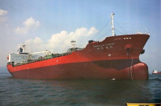 釜山(プサン)に位置した韓国ケミ号の船舶管理会社事務室にかけられている船舶の写真。中央フォト