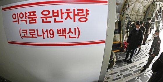 2月19日、京畿道城南(キョンギド・ソンナム)ソウル空港で行われたワクチン流通の第2回汎政府統合模擬訓練で徐旭(ソ・ウク)国防部長官が準備状況を点検している。今回の訓練は本地域の民間航空輸送が制限される場合、軍の航空機にワクチン輸送車を搭載して輸送する訓練だ。韓国でも近くコロナウイルスワクチンの接種が開始される。[写真 共同取材団]