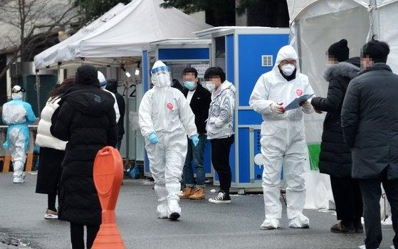 大田市内のある保健所の新型コロナウイルス選別診療所で医療陣が訪問した市民を忙しく検査している。フリーランサー キム・ソンテ
