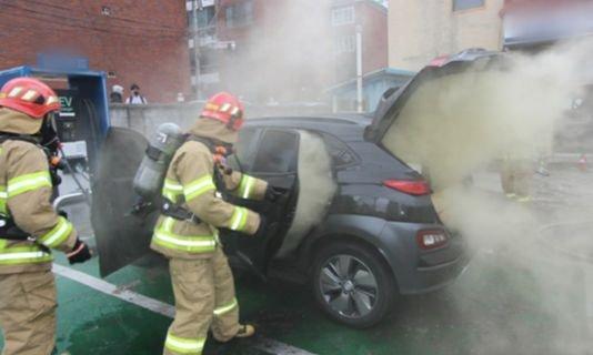 大邱(テグ)で発生した現代自動車の電気自動車「コナ(KONA)」の火災の様子・充電中だった車から出火した。[写真 大邱消防本部]
