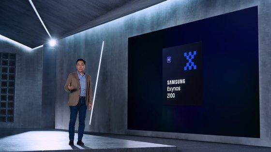 サムスン電子が先月5ナノEUV工程で生産した「エクシノス2100」を発売すると発表した。サムスン電子のカン・インヨプ社長が「エクシノス2100」を紹介している。[写真 サムスン電子]