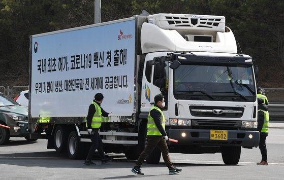 アストラゼネカ新型コロナウイルスワクチンに対し、国内で初めての出荷が始まった今月24日、慶尚北道安東市(キョンサンブクド・アンドンシ)SKバイオサイエンス工場から出荷されたワクチン輸送車が京畿道利川(キョンギド・イチョン)の物流センターで到着している様子。