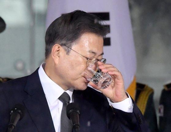 1日午前、ソウル鍾路区タプコル公園で開催された第102周年三一節記念式典で演説中に水を飲む文在寅大統領。 青瓦台写真記者団