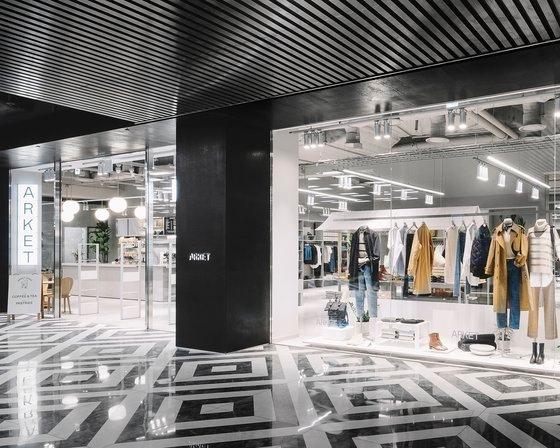 ソウル汝矣島(ヨイド)のデパート「ザ現代ソウル(The Hyundai Seoul)」地下2階に位置したアーケット(ARKET)。女性、男性、子供のための衣類および雑貨だけでなく、リビング用品やカフェなどを一緒に提案するライフスタイルブランドだ。[写真 ARKET]