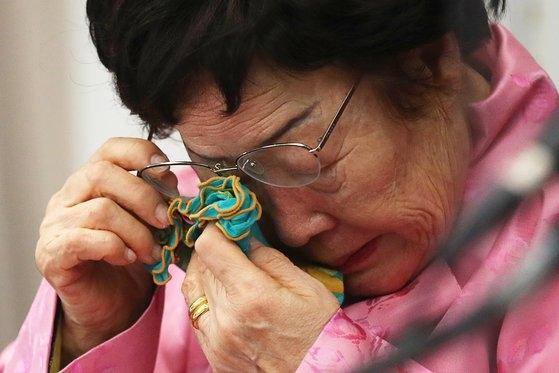 旧日本軍慰安婦被害者の李容洙(イ・ヨンス)さんが2月16日、プレスセンターで開かれた「旧日本軍慰安婦問題国連国際司法裁判所付託要求記者会見」で泣いている。チャン・ジニョン記者
