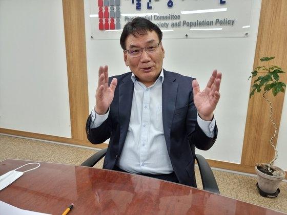 2日、中央日報のインタビューに答える低出産高齢社会委員会の徐炯洙(ソ・ヒョンス)副委員長。 シン・ソンシク記者