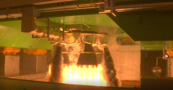2月25日午後、全羅南道高興郡の羅老宇宙センターで韓国型ロケット「ヌリ号」(KSLV-2)の1段推進機関2次燃焼試験が行われている。[写真 韓国航空宇宙研究院]