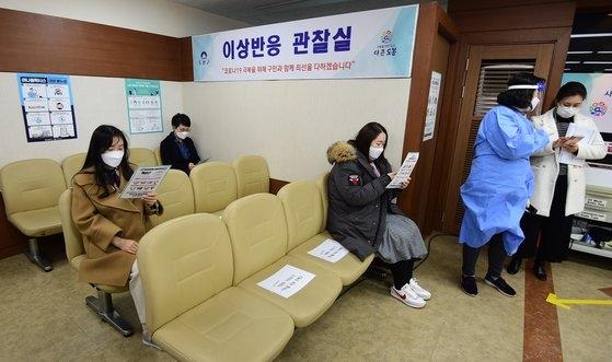 ソウル・道峰区の保健所で療養病院・療養施設従事者がアストラゼネカのワクチン接種を受けた後、異常反応観察室で待機している。[写真 共同取材団]