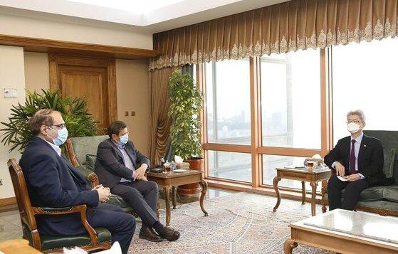 先月21日、韓国大使館で会談したユ・ジョンヒョン駐イラン大使とヘムマティ・イラン中央銀行総裁。 [写真 イラン政府]