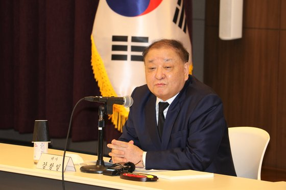 10日、東京にある在日韓国大使館で記者団の質問に答えている姜昌一(カン・チャンイル)駐日大使。[写真 在日韓国大使館]