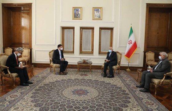 1月に韓国船舶の拿捕問題を解決するためにイランを訪問した外交部の崔鍾建第1次官とイランのザリフ外相の会談の様子。[写真 外交部]