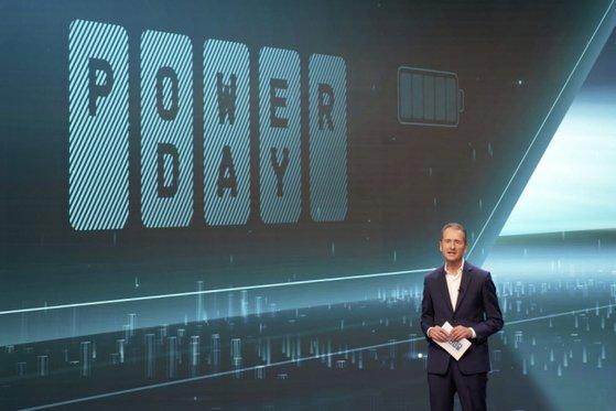 フォルクスワーゲンのトーマス・シュマル技術担当取締役は15日にドイツで開催した「パワーデー」行事で事実上バッテリー自給を宣言した。この日LG化学とSKイノベーションなど韓国のバッテリーメーカーの株価が急落し時価総額7兆ウォンが蒸発した。[写真 フォルクスワーゲン]