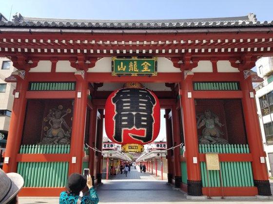 東京の代表的な観光地「浅草寺」の雷門の様子。ユン・ソルヨン特派員