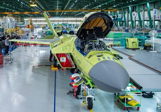 慶尚南道泗川(サチョン)の韓国航空宇宙産業(KAI)工場で、韓国型戦闘機KF-X試製機の最終組立作業が進められている。 [写真 防衛事業庁提供]