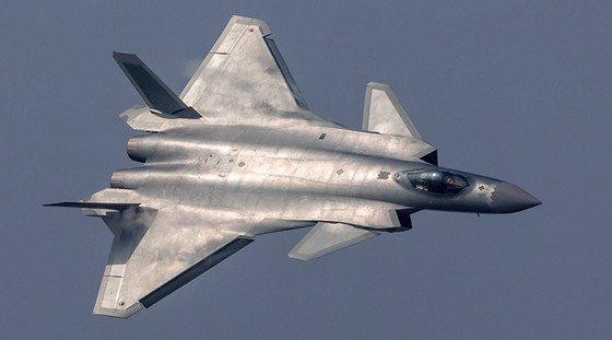 離陸する中国海軍J-31戦闘機。米F-35系列と似ていて、中国空母に搭載する目的で開発された。 [中央フォト]