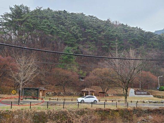 今月27日に訪れた江原道原州市所草面鶴谷里(カンウォンド・ウォンジュシ・ソチョミョン・ハッコンニ)にある亀龍寺(クリョンサ)第1駐車場前の道路。63平方メートル(19坪)余りのこの道路は先月まで「植村要」という名前の日本人の所有だった。パク・ジンホ記者