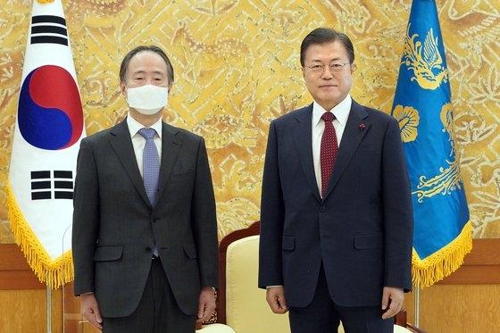 離任前の文在寅(ムン・ジェイン)大統領(右)に会った冨田前駐韓日本大使(左)