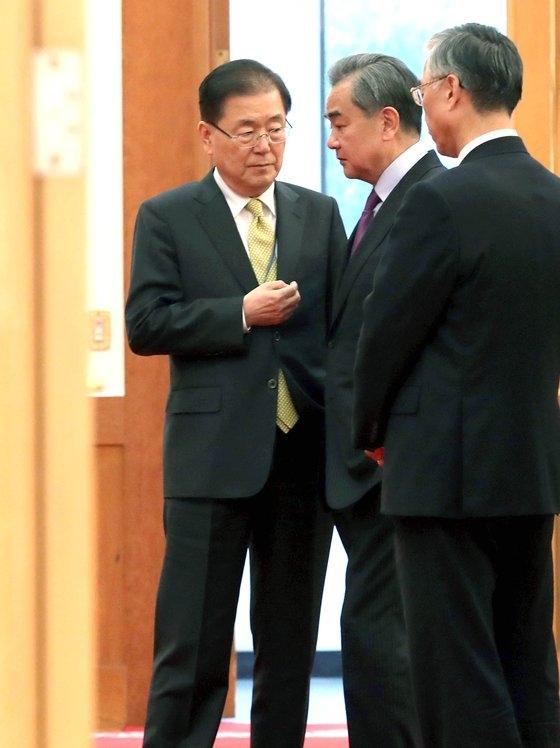 鄭義溶(チョン・ウィヨン)外交部長官が4月2、3日に中国を訪問する。就任後初めての海外対面外交だ。写真は2019年12月、文在寅(ムン・ジェイン)大統領との会談のため青瓦台を訪問した中国の王毅外相と言葉を交わす鄭義溶国家安保室長。 [青瓦台写真記者団]