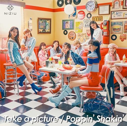 NiziU(ニジュー)の新シングル『Take a picture / Poppin' Shakin'』[写真 JYPエンターテインメント]