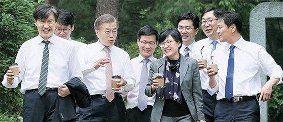 当選直後の2017年5月、文在寅(ムン・ジェイン)大統領がコーヒーを手にして参謀陣と青瓦台を散歩した。青瓦台はこれを破格疎通だと大々的に広報した。 [中央フォト]
