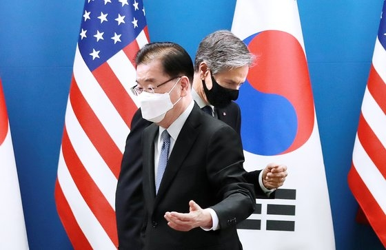 鄭義溶外交部長官とアントニー・ブリンケン米国務長官が18日午前、ソウル鍾路区(チョンノグ)外交部庁舎で開かれた韓米外相会議に先立ち、記念撮影を終えてから席に向かっている。[写真 共同取材団]