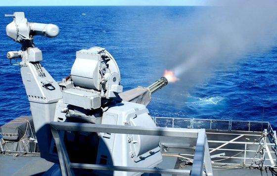 海軍艦艇に搭載した近接防御武器「ゴールキーパー」が海上に射撃している。[写真 韓国海軍]