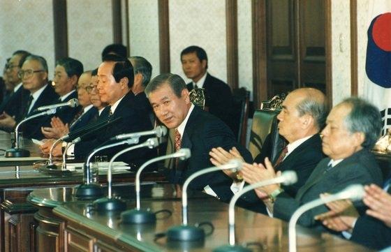 盧泰愚大統領(当時)が1992年10月5日に民自党本部事務所で離党宣言をしている。[中央フォト]
