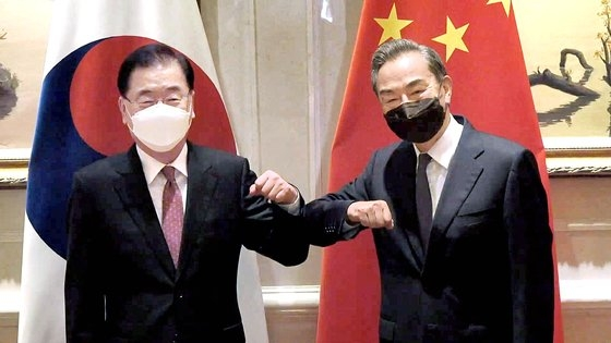 鄭義溶外交部長官(左)と王毅中国外交部長が3日、中国福建省廈門のアモイで開かれた韓中外相官会談に先立ち、記念撮影に応じている。[写真 外交部]