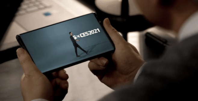 LGエレクトロニクスが消費者家電見本市のCES2021で公開した巻き取り式スマートフォン「LGローラブル」