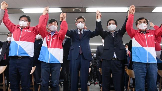 朴亨ジュン釜山市長候補と河泰慶(ハ・テギョン)議員、趙慶泰(チョ・ギョンテ)議員など出席者が7日、釜山鎮区(ジング)に位置した選挙事務所で出口調査の放送を見守りながら歓呼している。[中央フォト]