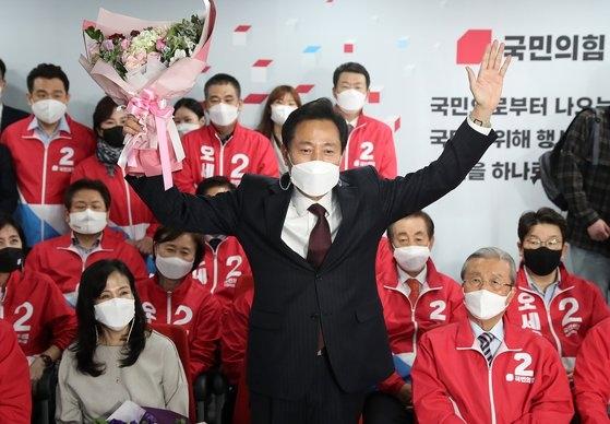 国民の力のソウル市長候補・呉世勲氏が8日明け方、ソウル汝矣島(ヨイド)の国民の力中央党事務所に用意された開票状況室で当選が確実になると両手をあげて歓呼している。オ・ジョンテク記者