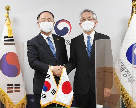7日午後、ソウル光化門の政府ソウル庁舎で、面談の前にあいさつをする洪楠基(ホン・ナムギ)副首相兼企画財政部長官(左)と相星孝一駐韓日本大使。 写真=企画財政部提供