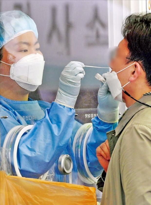 新型コロナ新規感染者数が6日に668人に急増するなど感染が拡大している。7日、ソウル駅臨時選別検査所で市民がコロナ検査を受けている。 キム・ボムジュン