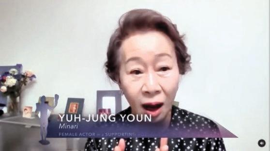 4日(現地時間)、非対面で開催されたSAGアワード(全米映画俳優組合賞)で『ミナリ』の女優ユン・ヨジョンが韓国女優で初めて助演女優賞に呼ばれると、驚いた顔を隠すことができなかった。[写真 SAGインスタグラム]