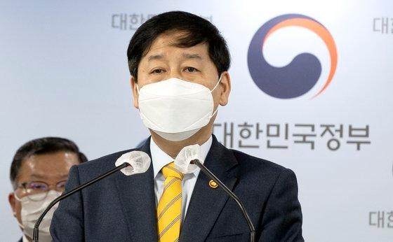 韓国の具潤哲(ク・ユンチョル)国務調整室長が13日午前、ソウル鍾路区(チョンノグ)の政府ソウル庁舎で日本政府の福島原発汚染水海洋放出方針に対する韓国政府の立場を発表している。[中央フォト]