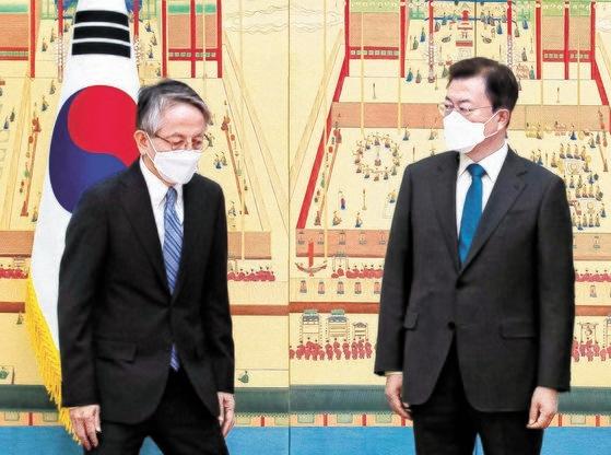 韓国の文在寅(ムン・ジェイン)大統領が14日午前、青瓦台(チョンワデ、大統領府)本館で開かれた駐韓国大使信任状捧呈式で、相星孝一日本大使と挨拶している。文大統領はこの日、相星大使に日本の福島原発汚染水海洋放出決定に関連し、「地理的に最も近くて海を共有している韓国の懸念が非常に大きい」とし「韓国政府と国民のこのような懸念を本国にしっかり伝えてほしい」と話した。[写真 青瓦台写真記者団]