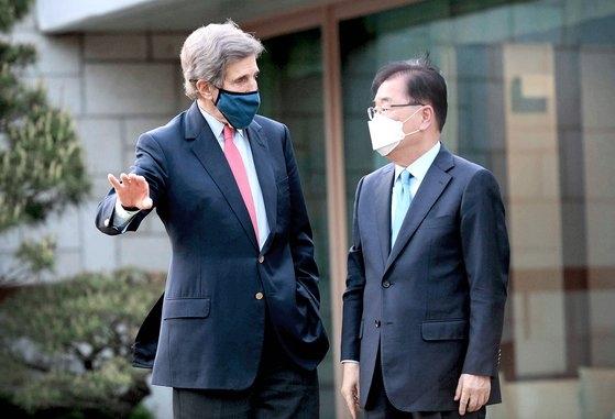 韓国の鄭義溶(チョン・ウィヨン)外交部長官(右)と米国のジョン・ケリー大統領特使(気候変動問題担当)が今月17日、ソウル漢南洞(ハンナムドン)長官公館で話を交わしている。鄭長官はこの日の会談で、日本政府の福島原発汚染水放出決定に関連した韓国政府と国民の深刻な懸念を米国側に伝えて協力を呼びかけた。[写真 韓国外交部]