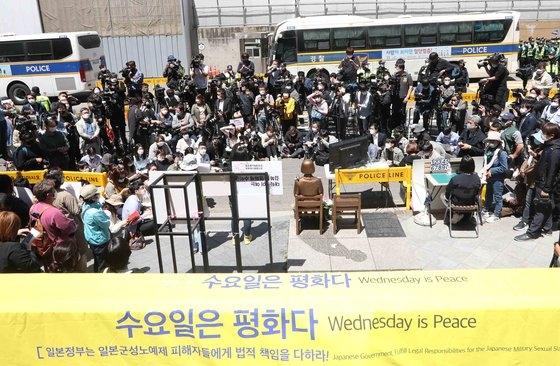 昨年5月、ソウル鍾路区(チョンノグ)旧日本大使館前で旧日本軍慰安婦問題解決を求める水曜デモが開かれている。キム・サンソン記者