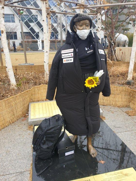 1月、ソウル江東区庁前の平和の少女像に日本製ダウンコートが着せられている。[写真 江東区平和の少女像保存市民委員会]