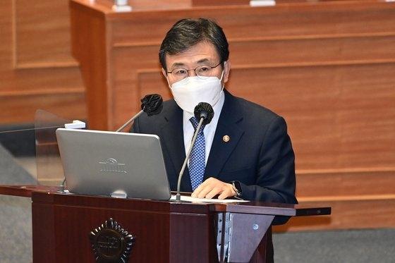 韓国保健福祉部の権徳チョル(クォン・ドクチョル)長官が21日午後、ソウル汝矣島(ヨイド)の国会で開かれた教育・社会・文化分野の対政府質問で与党「共に民主党」の徐東榕(ソ・ドンヨン)議員の質問に答えている。オ・ジョンテク記者