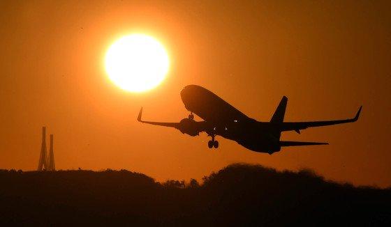 仁川(インチョン)空港から離陸する旅客機 中央フォト