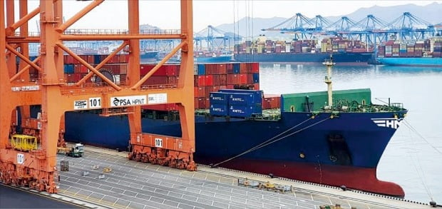 <HMM、コンテナ船緊急投入>韓国の輸出企業が船を確保できず輸出を断念する第2次貨物大乱の兆しが本格化している。HMMは輸出企業支援に向け欧州行き4600TEU級コンテナ船を緊急投入することにした。「HMMグッドウィル号」が25日に釜山新港で輸出貨物を載せている。[写真 HMM]