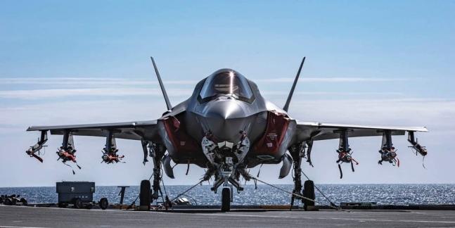 英海軍の空母「クイーン・エリザベス」の甲板でF-35Bが各種武装して待機している。 写真=英海軍