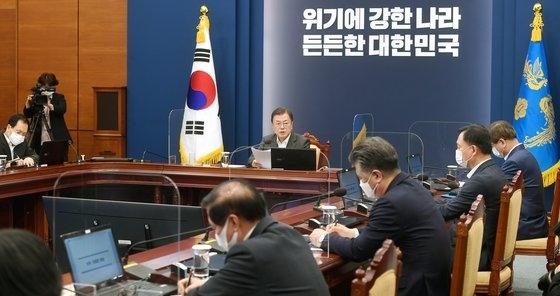 韓国の文在寅(ムン・ジェイン)大統領が26日午後、青瓦台(チョンワデ、大統領府)与民館(執務室)で開かれた首席・補佐官会議に出席し、冒頭発言をしている。5月に訪米を控えた文大統領は「ワクチン開発国の自国優先主義」を批判するなど米国を狙ったような発言をした。[写真 青瓦台写真記者団]